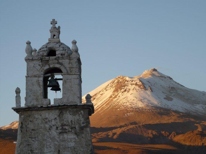 Guallatire, église et volcan
